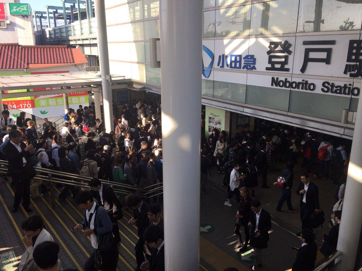 狛江駅の人身事故で小田急線が止まっていて、振り替え輸送の南武線に人が流れてJR改札内に入れない状態の登戸駅。