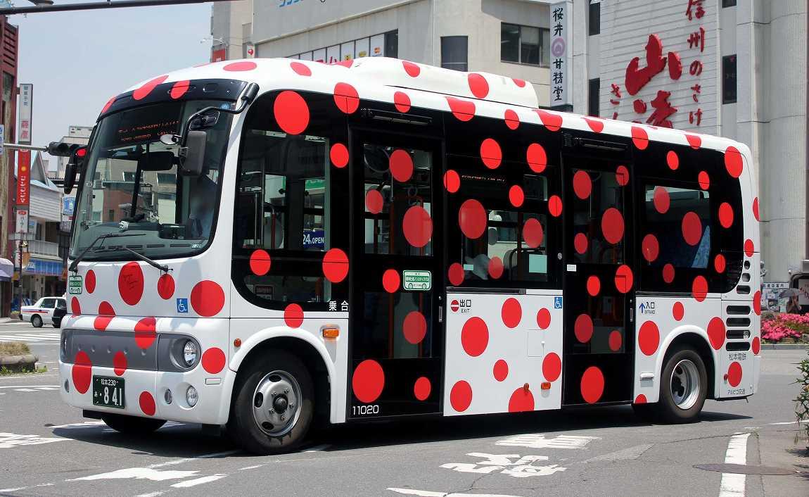 みんな勘違いしている。草間彌生デザインの松本市周遊バスは、デザイナーがMacでちょちょいとつくったものではない。彼女自身が現場で水玉の大きさや添付位置ミリ単位で指定した、文字通りの作品である。だから松本市は即刻走らせるのを中止し、美術館に展示すべきである。