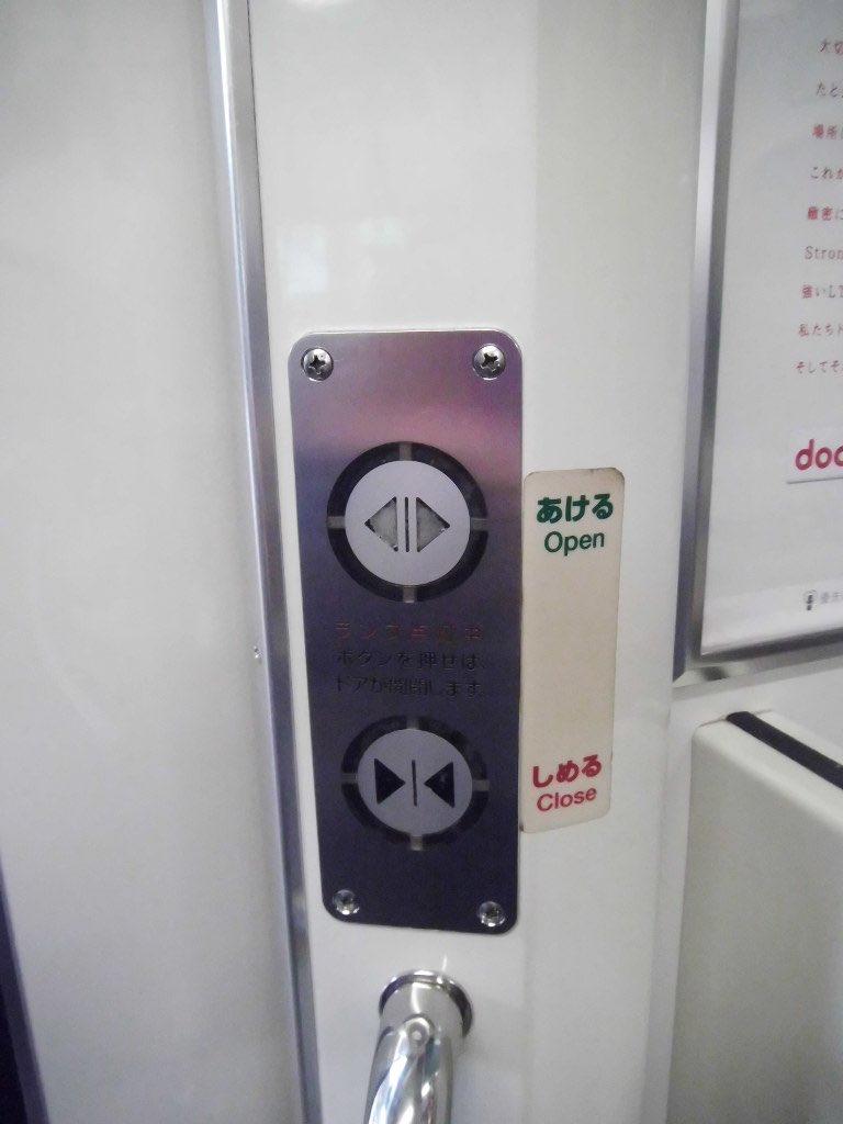 電車のドアは手動  _人人人人人人_  >  手動  <   ̄^Y^Y^Y^Y^Y ̄  #田舎あるある