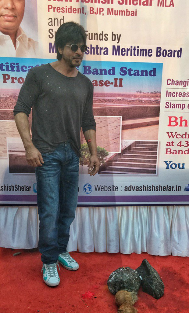 Worth the wait. @iamsrk just now on Bandstand. #Mumbai #Bandra https://t.co/9vGEupPu7W