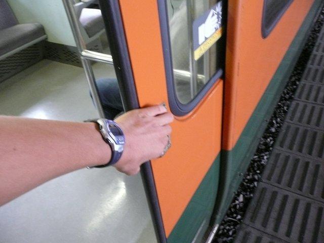 電車の開閉ボタンで田舎と言ってる奴はにわか 真の田舎は手でこじ開ける #田舎あるある