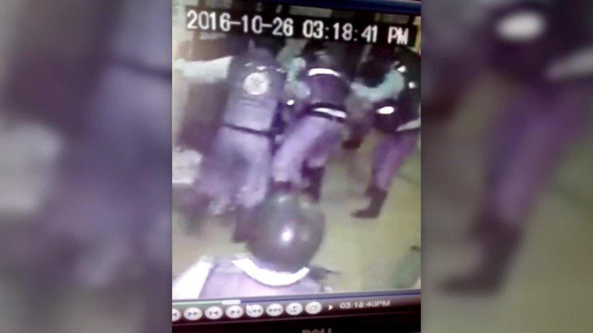 La represión en Venezuela: 10 policías contra una mujer | @soyfdelrincon #conclu26O https://t.co/o9fbHcN61E https://t.co/kmhC5EtlvJ