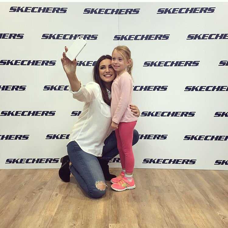Meeting all the lovely people of Newport today @SKECHERS_UK #FriarsWalk https://t.co/nDDvBn9ccn