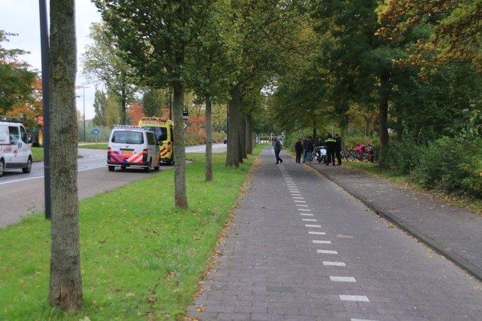 Ongeluk op de Westlandseweg in Maassluis tussen een fietser en een scooter. Een persoon wordt nagekeken in ambulance https://t.co/M7VmjyzZl4