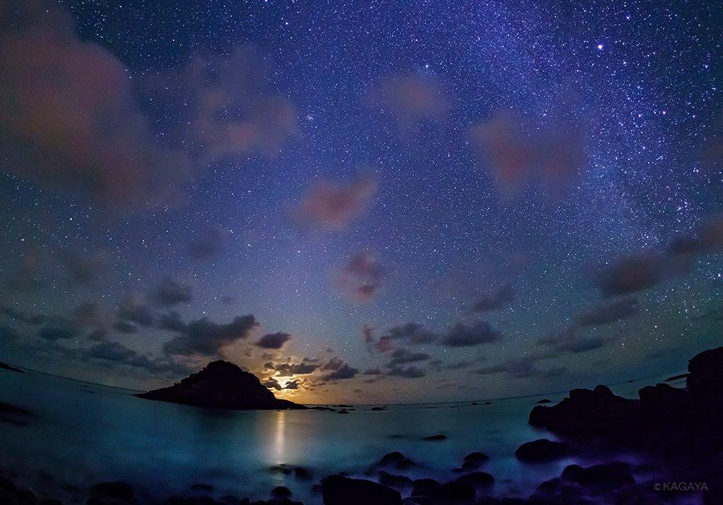 今朝、石垣島で撮影した二十六夜の月の出です。 地球照を抱いた細い月に雲がかかると、雲は淡く五色に色づきました。 沖のサンゴ礁に打ち寄せる波音が心地よい、星と月の光に満ちた夜明け前でした。