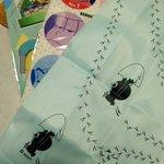 さっき買ってきた「おそ松さん」のクリアファイル×2と「カリメロ」のエコバック。ドンキで100円だったから柄とかわからない