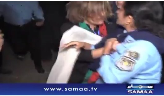 The story of 2 women in #Pakistan pulling the police uniform. One is made hero other gets a thapar by #ThaparWala https://t.co/ewyvrxqioZ