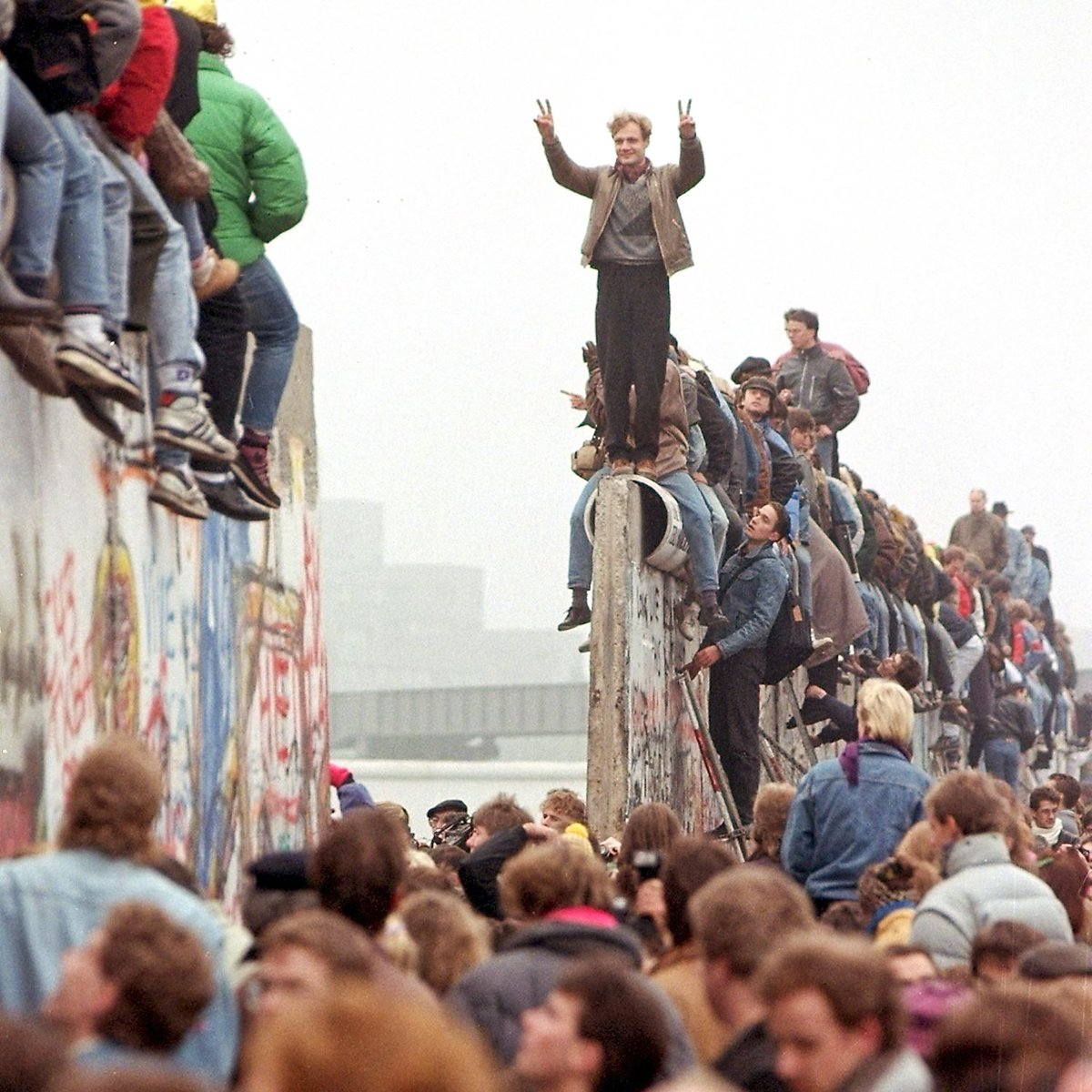 27 years ago today: the fall of the #BerlinWall. https://t.co/SbvRozVsoF