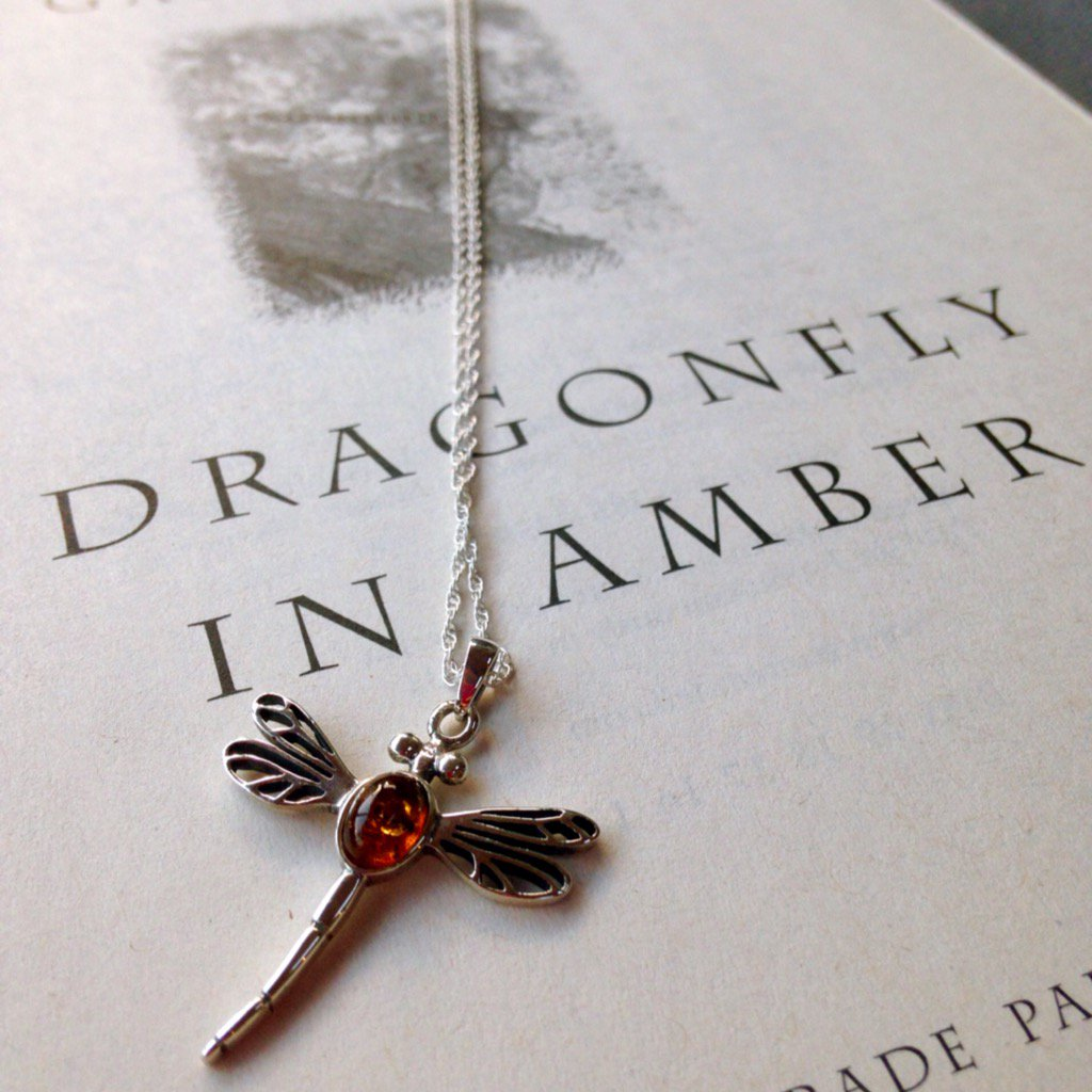 Dragonfly in Amber. ✨ A beautiful charm inspired by a gorgeous tale, brought to life by @HYjewellers. #bookworm https://t.co/zrK8MZwhLg