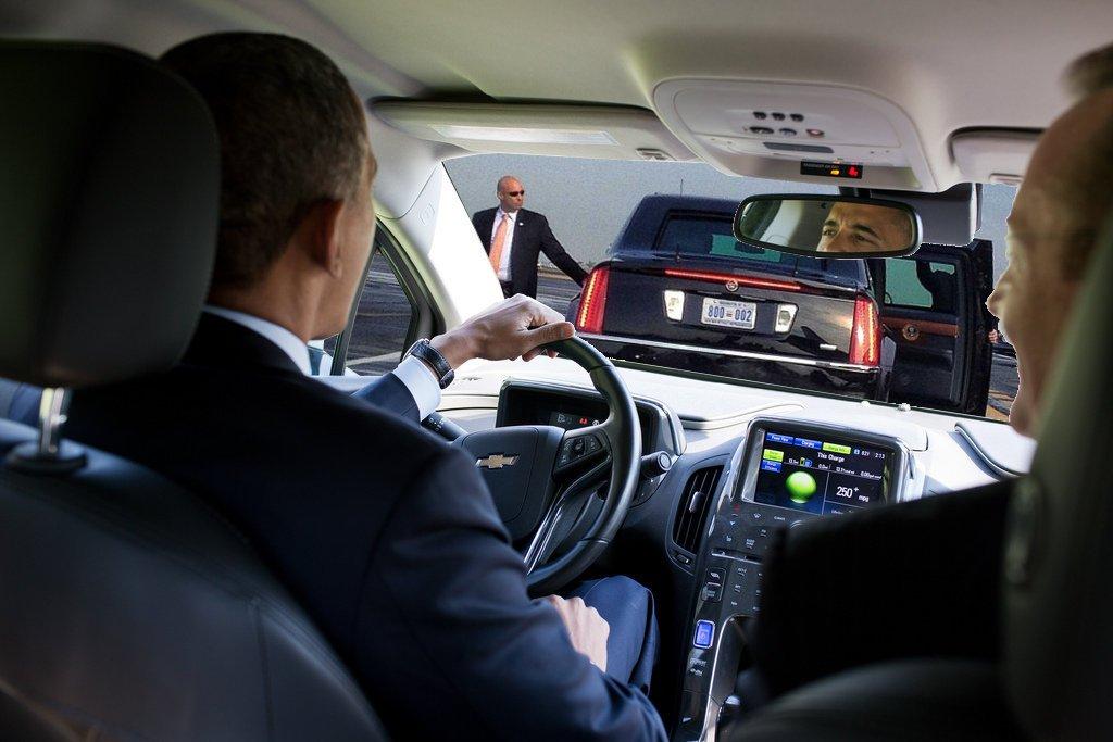 疲れからか不幸にも、黒塗りの大統領専用車に追突してしまう。シークレットサービスをかばい全ての責任を負ったオバマに対し、車の主、ドナルド・トランプから言い渡さ