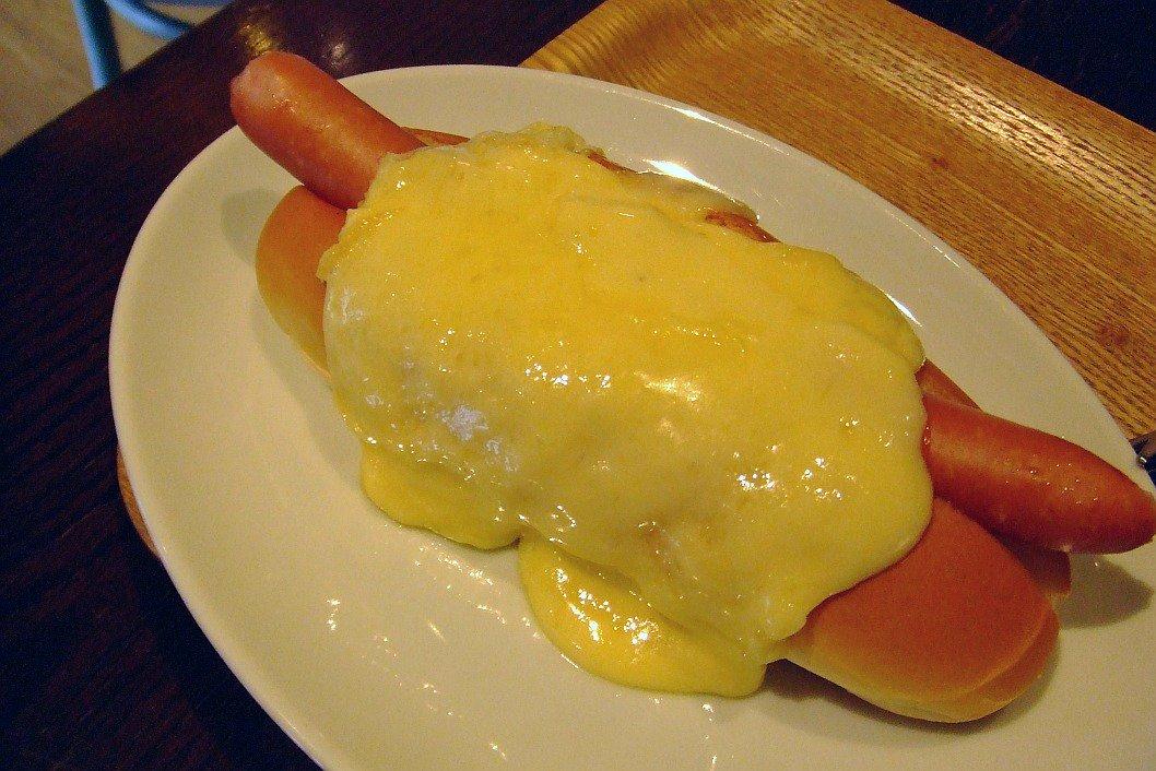 前から一度食べてみたいと思っていたラクレットチーズを、ホットドッグにかけて安価で食べさせてくれるお店が東京ドーム・ラクーアにあったんで思わずラクレット2倍かけ(640円)をたのんでしまった!!これは極楽じゃ~\(≧▽≦)/