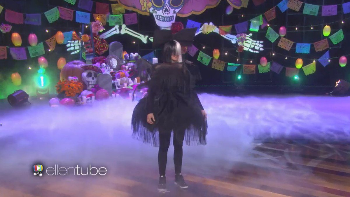 Ellen dressed up as sia and performing chandelier while heidi klum ellen dressed up as sia and performing chandelier while heidi klum dances as maddie ziegler is arubaitofo Image collections