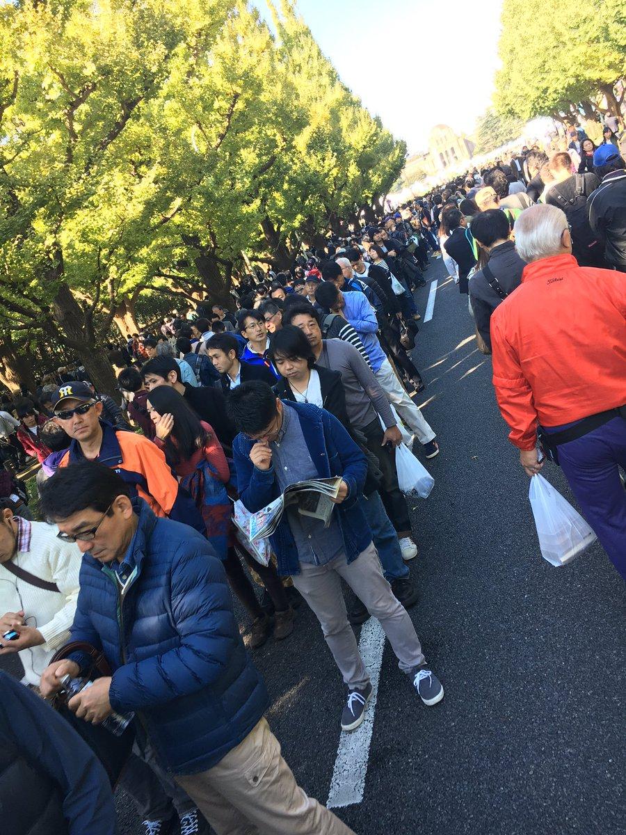 早実vs日大三 の前に  vs推定2万人並んでる人。。。 入れるか不安。 https://t.co/KdDnUfjOm1