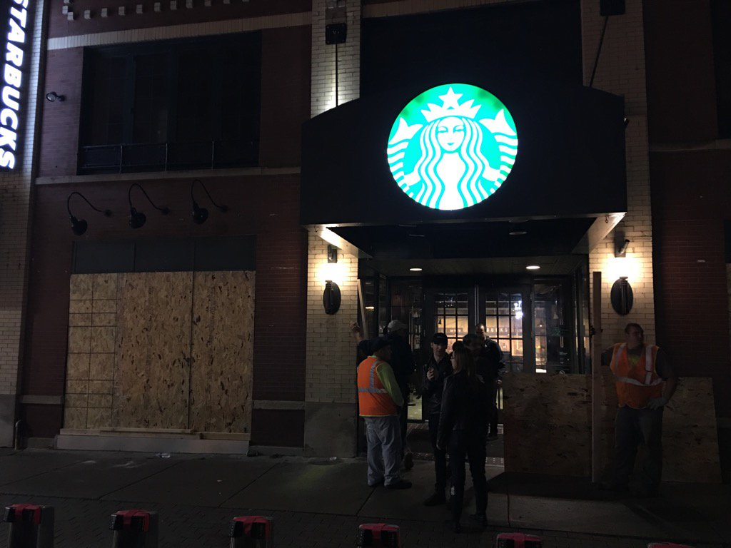 .....and they're boarding up the Starbucks outside Wrigley Field https://t.co/VzAcwIJUiZ