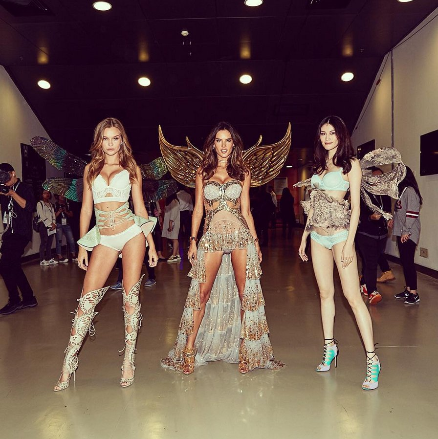 RT @AngelAlessandra: Angels in China! ???????????????? 中国  @JosephinSkriver #SuiHe @victoriassecret #double11Gala #shenzhen https://t.co/xIn5Z7oVWs