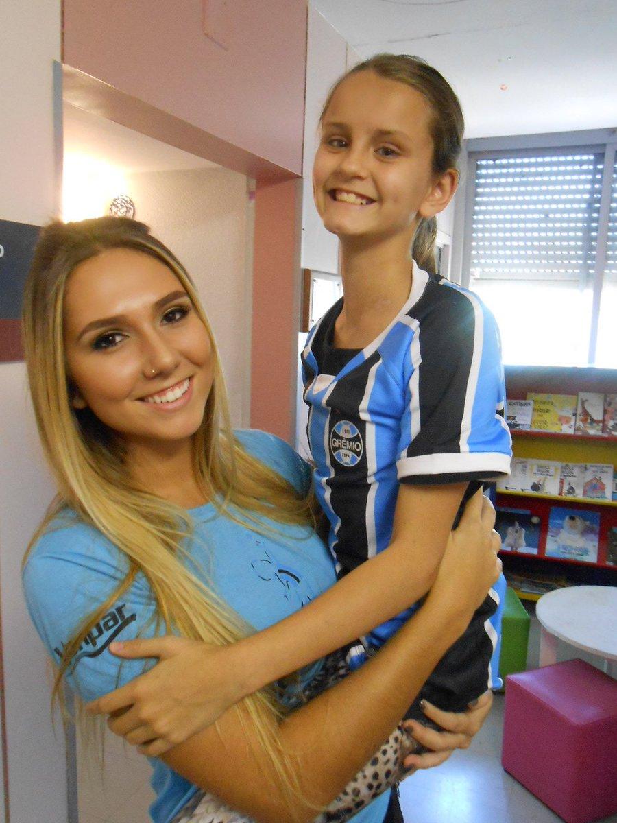 Paola ganhou sua tão esperada e desejada camiseta do @Gremio da voluntária  @CarolPortalupp2 . https://t.co/CJmGA5Tvdu
