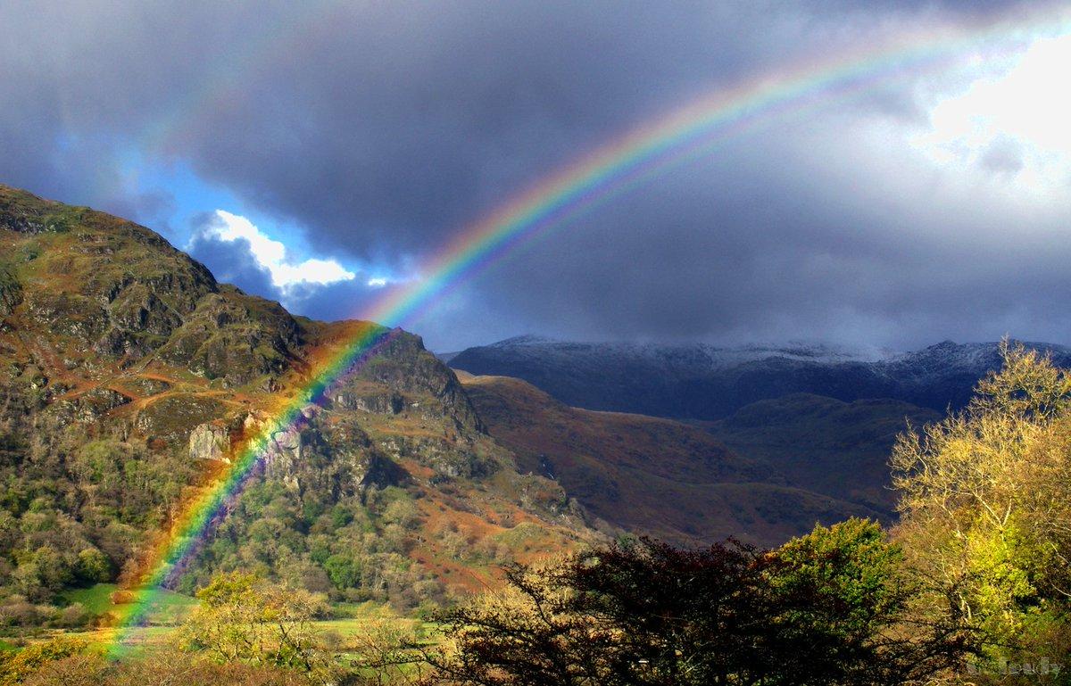 Rainbow and a dusting of snow near Nant Gwynant this afternoon :) #Gwynedd #Snowdonia #FindYourEpic https://t.co/D8Ww2kpPu9