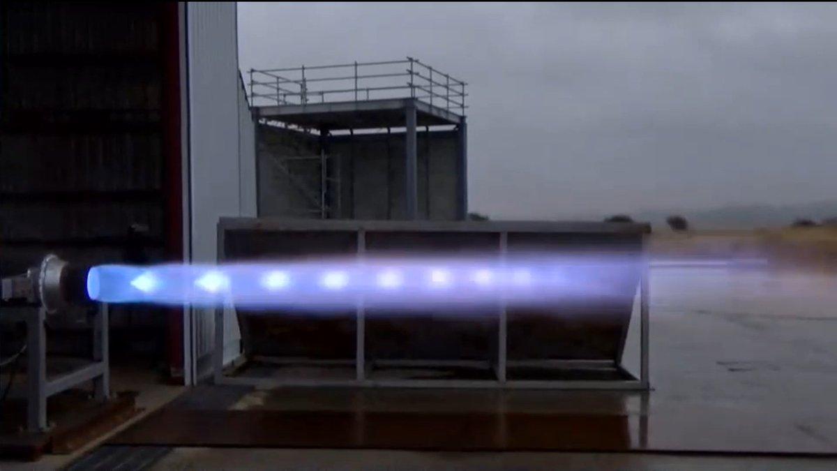 本日も燃焼実験でした。 天気が悪い方が炎もよく見える。 https://t.co/CNaGF1j8pv