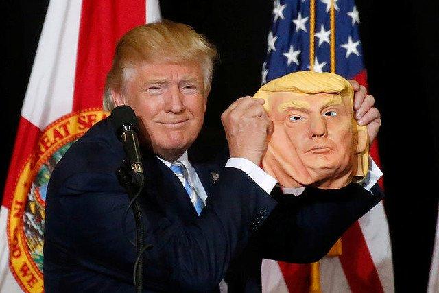 マスクを持ったトランプ大統領