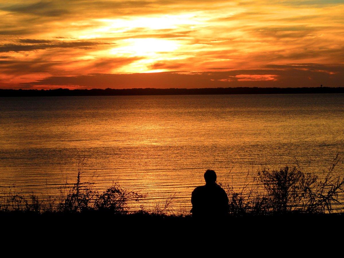 Happy Tuesday! #Mississippi #sunset #RezLife https://t.co/D3G214Ev7l