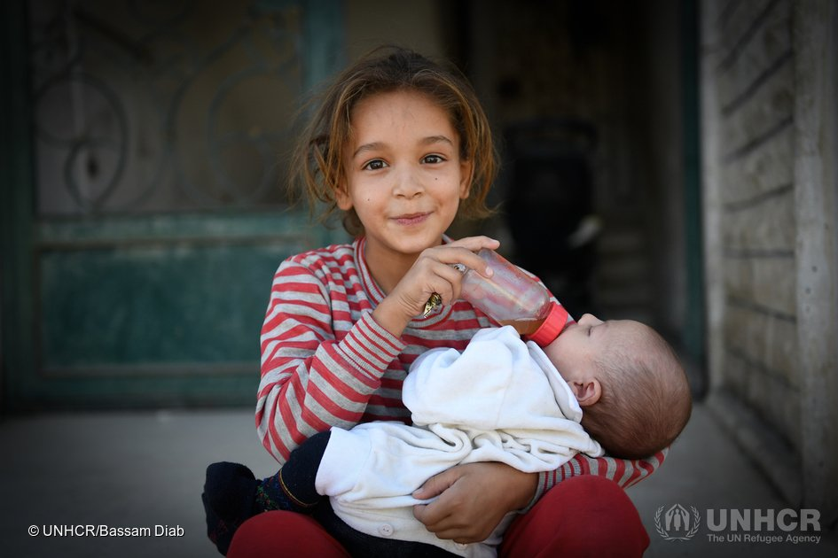 A Mouadamiyeh en Syrie, une jeune Syrienne donne à manger à son petit frère. https://t.co/Thl1YIsddO