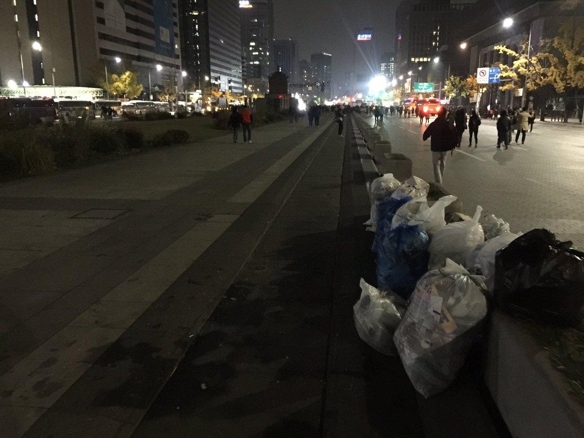 100만이 다녀간 광화문광장이 이리 깨끗합니다. 이게 촛불시민들의 의식 수준입니다.