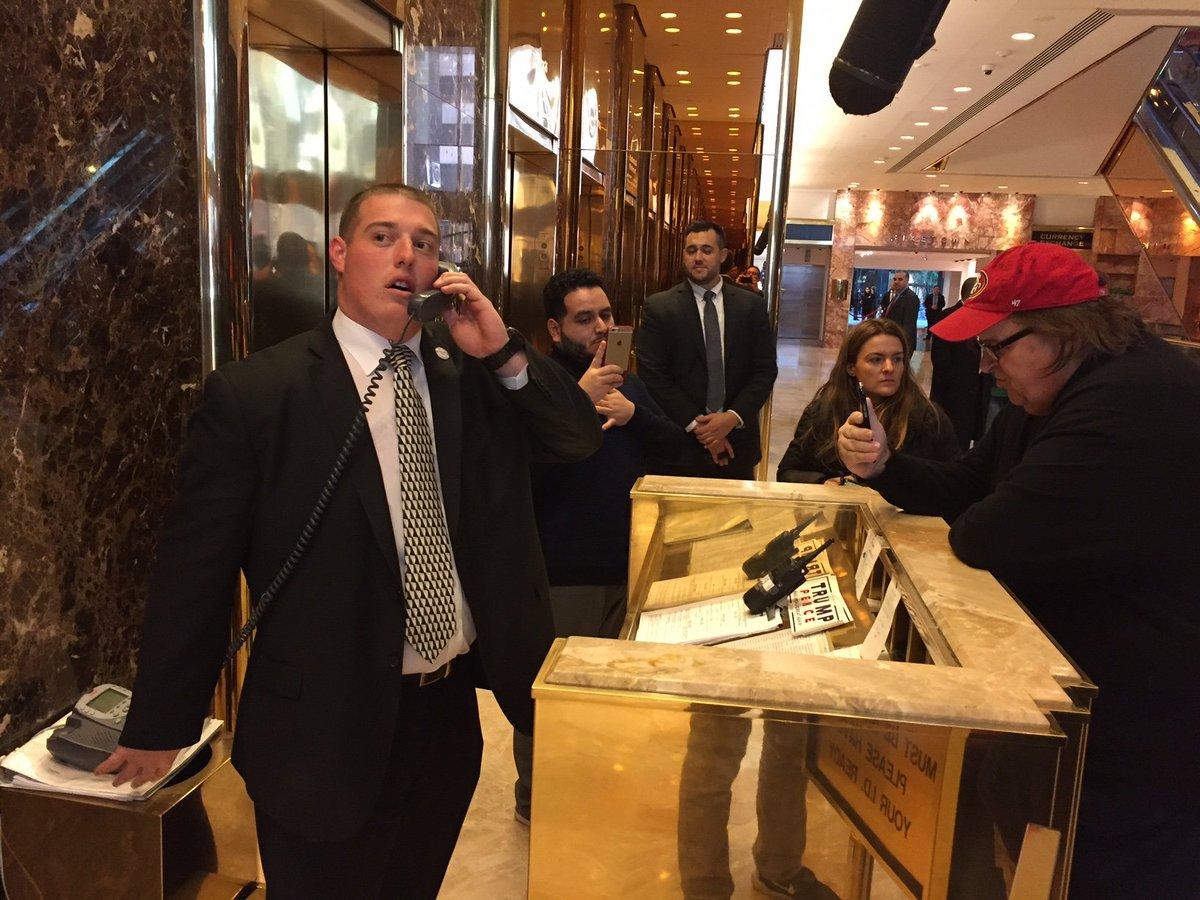 Arrivée surprise de Michael Moore à la trump tower  qui a laissé un mot pour DTrump : ' je souhaite vous voir '