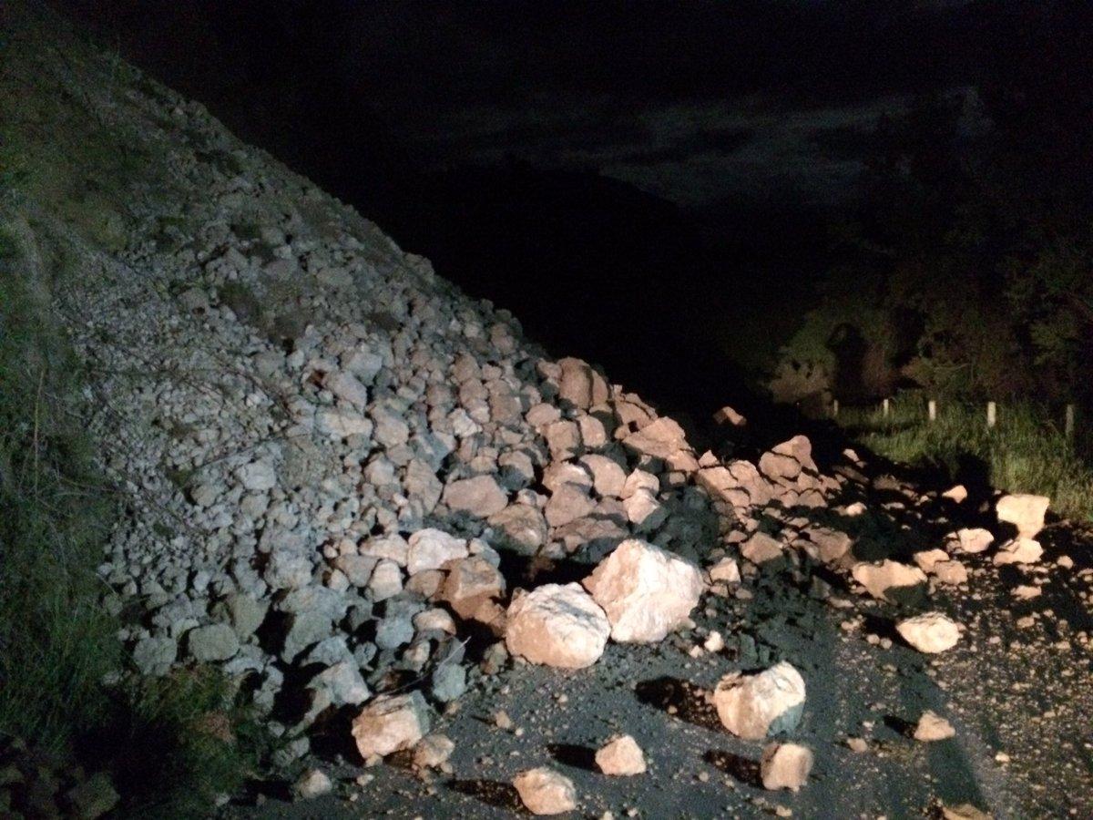 Huge slip blocking 100 metres of Inland Kaikoura Road, north of Cheviot. Completely impassable #eqnz https://t.co/BX581HaQCu