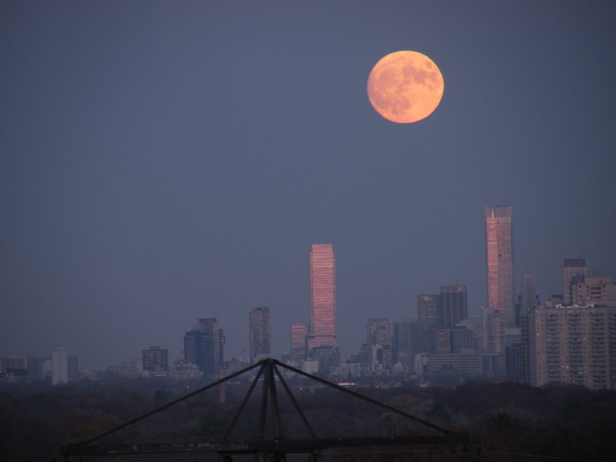 Caught the Pink Super Moon rising earlier this evening in Toronto, Canada. https://t.co/fuDLLsU7l9