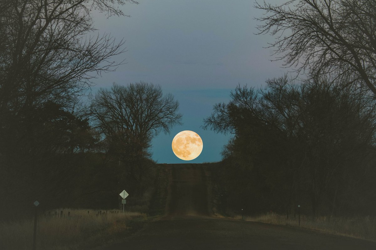 Super Moon over South Dakota this evening https://t.co/BKM8Q63bvF