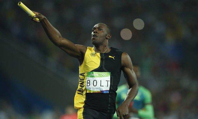 Bolt daria certo mesmo no futebol? Veja vídeos dele jogando bola