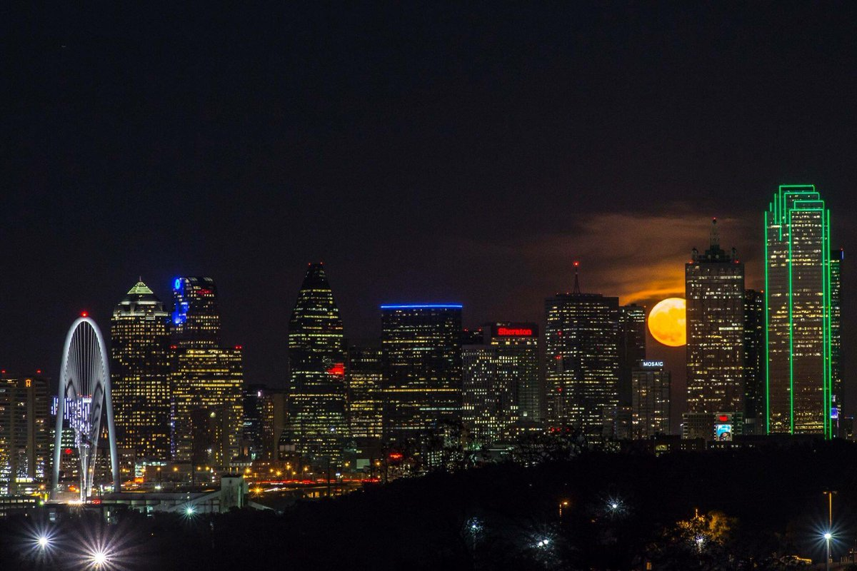 Even the #supermoon wants to be part of the Dallas skyline! https://t.co/fCBoQDuhtY
