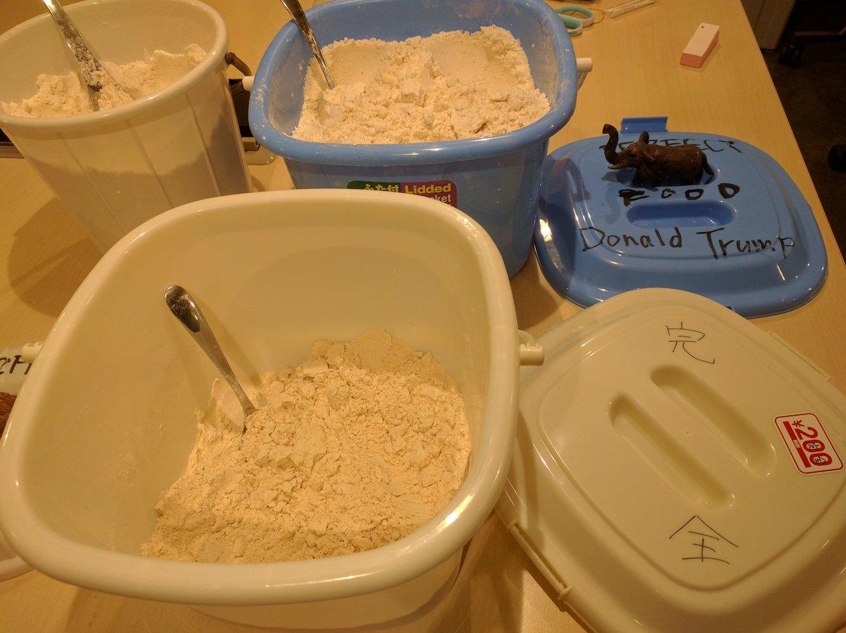 ギークハウスZEROでは住民に粉末状の完全食を配給しています。これだけ食べていれば人間に必要な栄養素が完全に摂取できるというもので、レシピは以下のサイトを参考にしています→ https://t.co/caXPRYqJog https://t.co/MUoo90qeNr