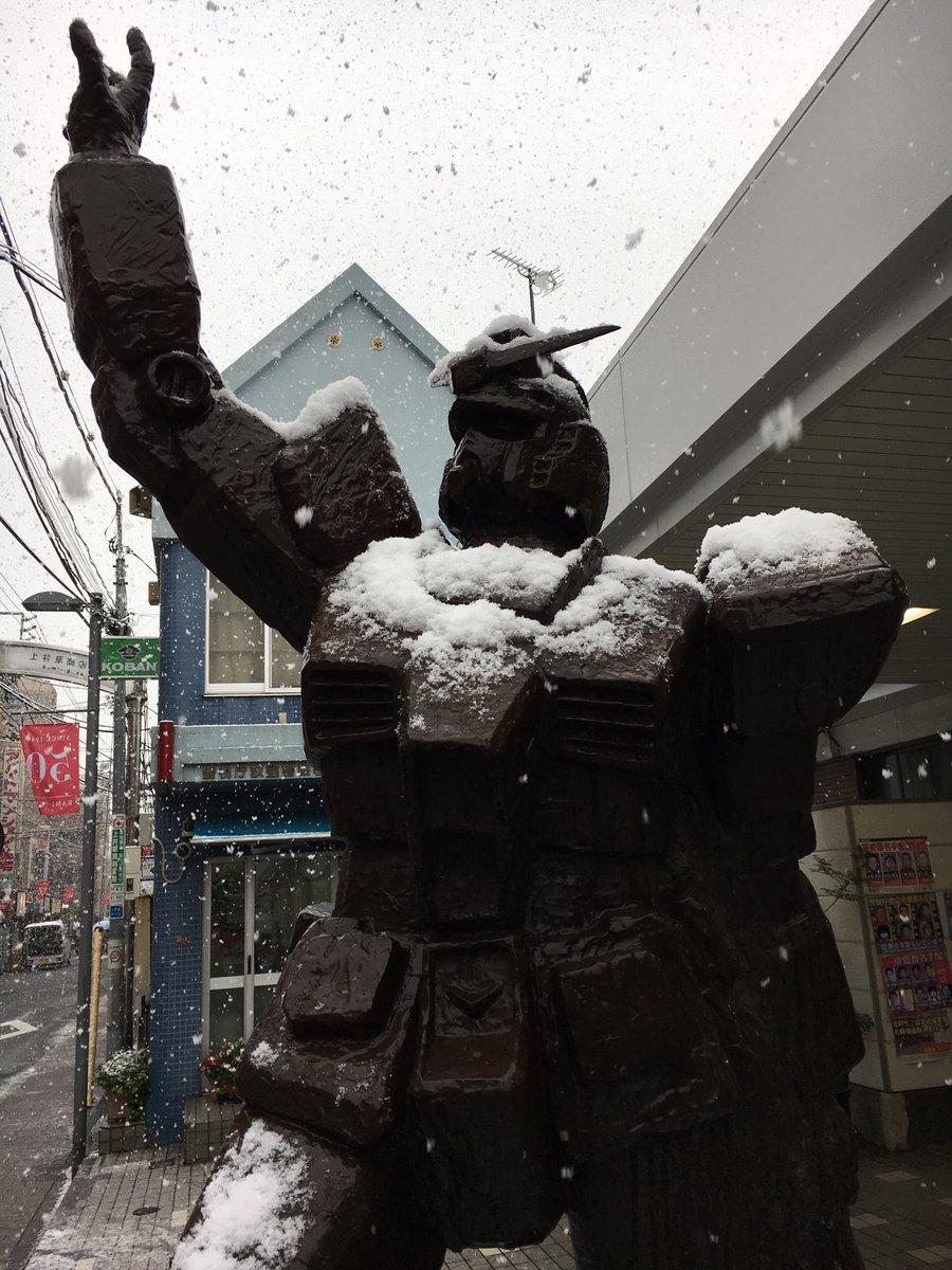 雪が降る中ガンダムさんも寒そう〜(>_<)