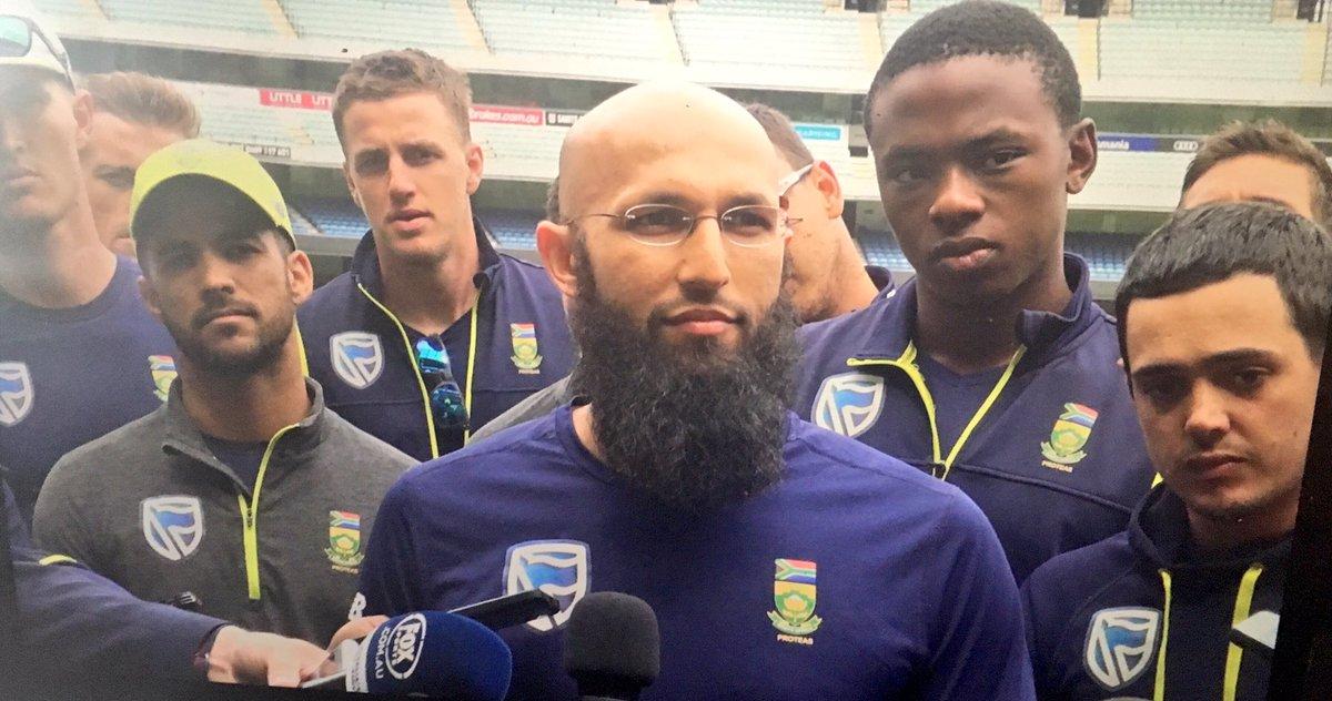 South Africans standing shoulder to shoulder in defense of Faf du Plessis. Clearly upset by allegations. #ausvsa https://t.co/J4TBdTKsiQ