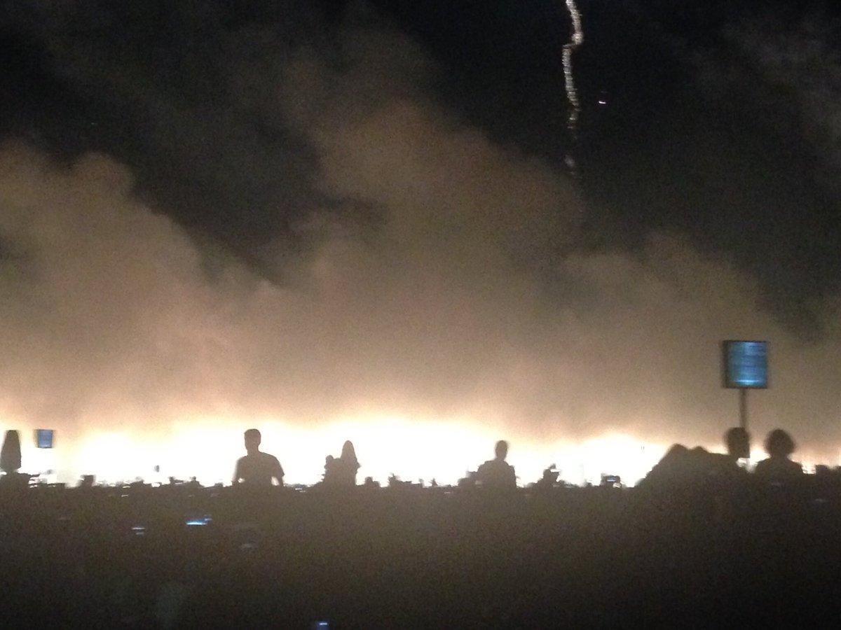 花火の写真撮ったはずなのに天が怒り大地が荒れ狂い人々が逃げ惑う写真になったよ https://t.co/RCGoiAeNLI