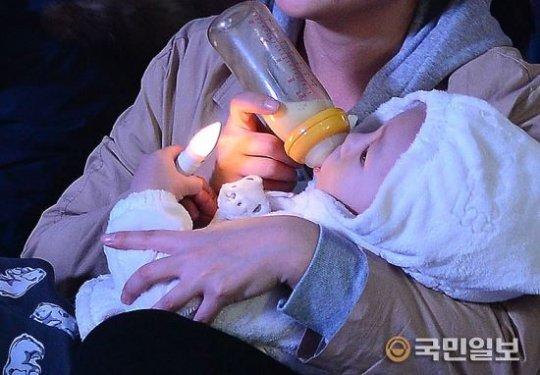 촛불민심은 바람에 꺼지지 않았습니다. 박근혜 대통령의 퇴진을 요구한 집회에 서울만 50만명 전국 75만명이 모였습니다. #촛불집회 #박근혜 #바람 #촛불 #일반인 https://t.co/HxGw6pRfTe