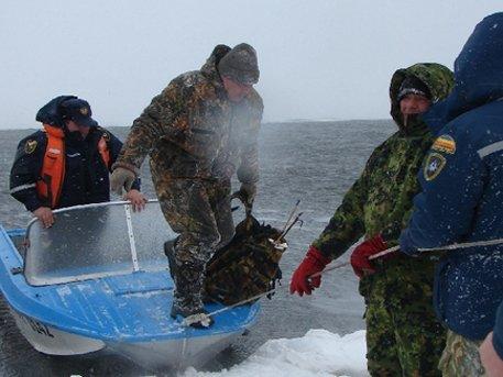 рыбаков сняли со льдины