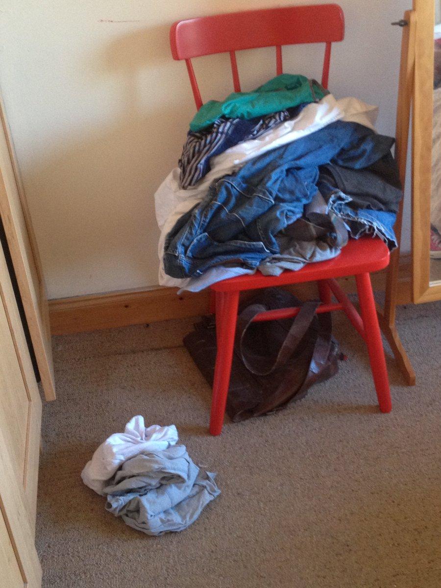 In elke kamer staat een stoel met daarop één keer gedragen kleding