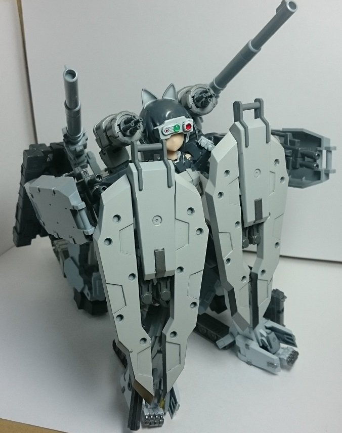 うちの牙狼さんは犬型四脚という奇コンセプトです。単体だとあくまで近接防御役。なので火力支援車両と合体して突撃四脚形態にな