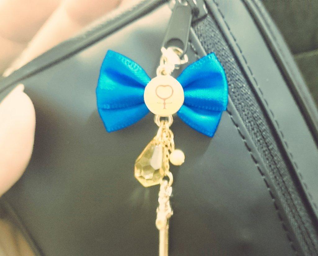 お母さんがくれた\(^^)/ハードディスクの入れ物につけました。ありがとう♡黒に青ってかっこいいと思ってます(ノ´∀`*