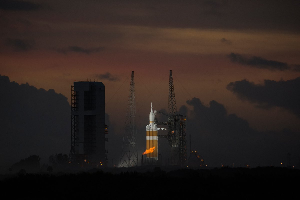 Orion #EFT1 on @ULAlaunch #DeltaIV heavy after launch delay, day before liftoff, 04Dec2014 https://t.co/N2cMCw907Q