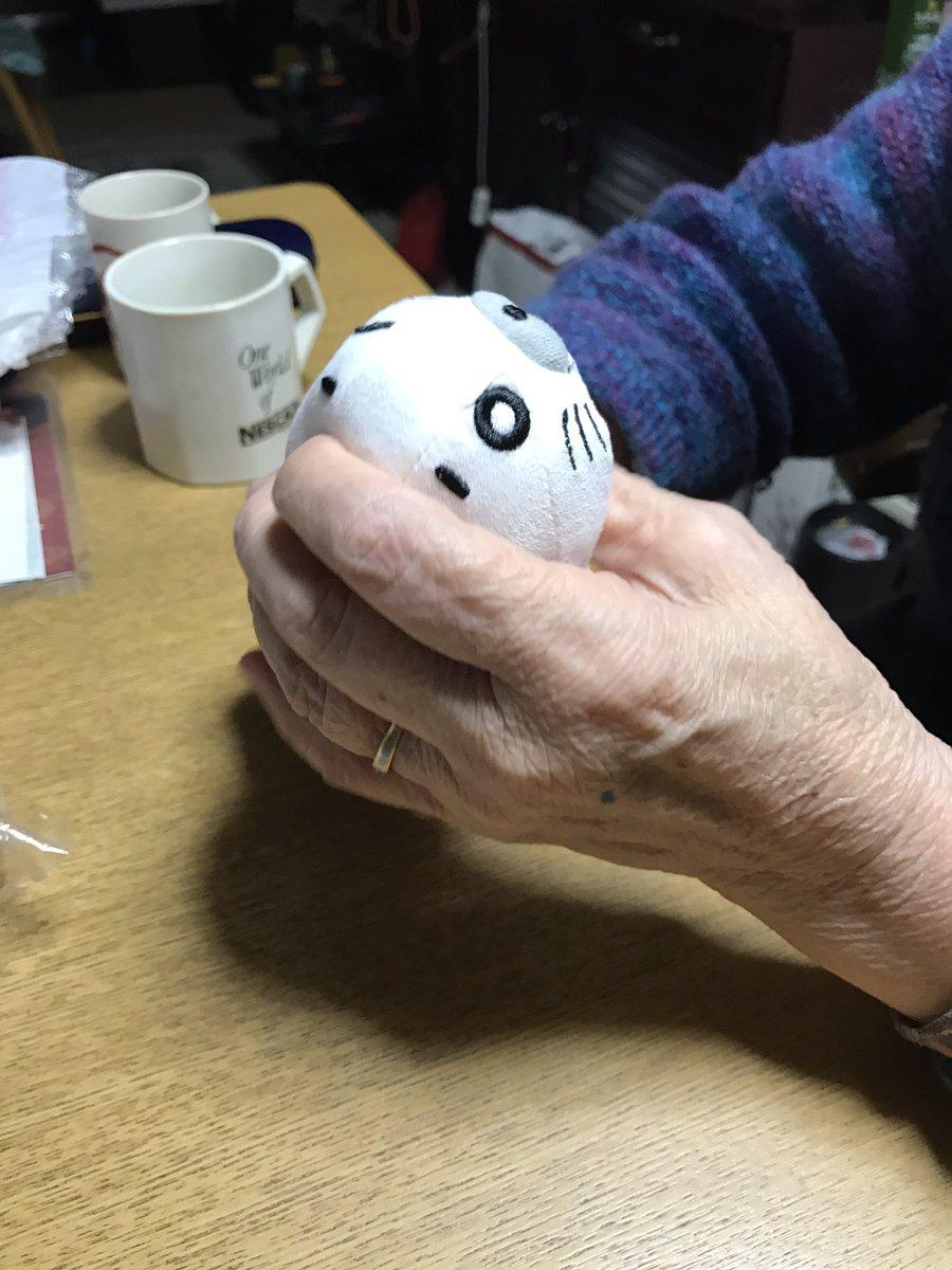 前回、施設にいるおばあちゃんにゴマちゃんを落書きして、今回はゴマちゃんをプレゼント。ゴマよ、おばあちゃんは任せた#ゴマち
