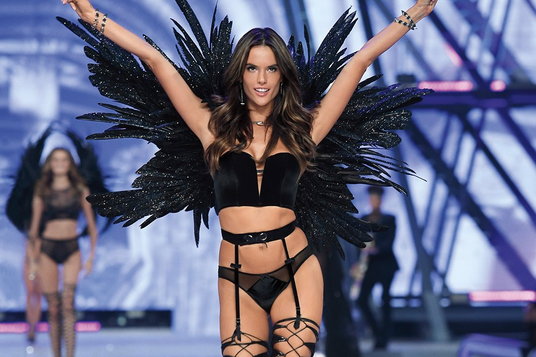 .@AngelAlessandra WORKS the #VSFashionShow crowd—and you can get her look here: https://t.co/9aZfXIaeDI https://t.co/ZNRcxM9aAJ