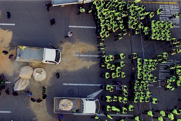 """< """"합법이랬는데…"""" 막아선 경찰, 이유는? > 차에 기름통이 있어 위험하다고요?  #수소차는_수소폭탄이라고_할_태세   #법원_판결도_소용없다"""