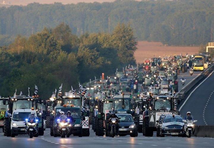농민들 트랙터시위 에스코트 하는 프랑스 경찰