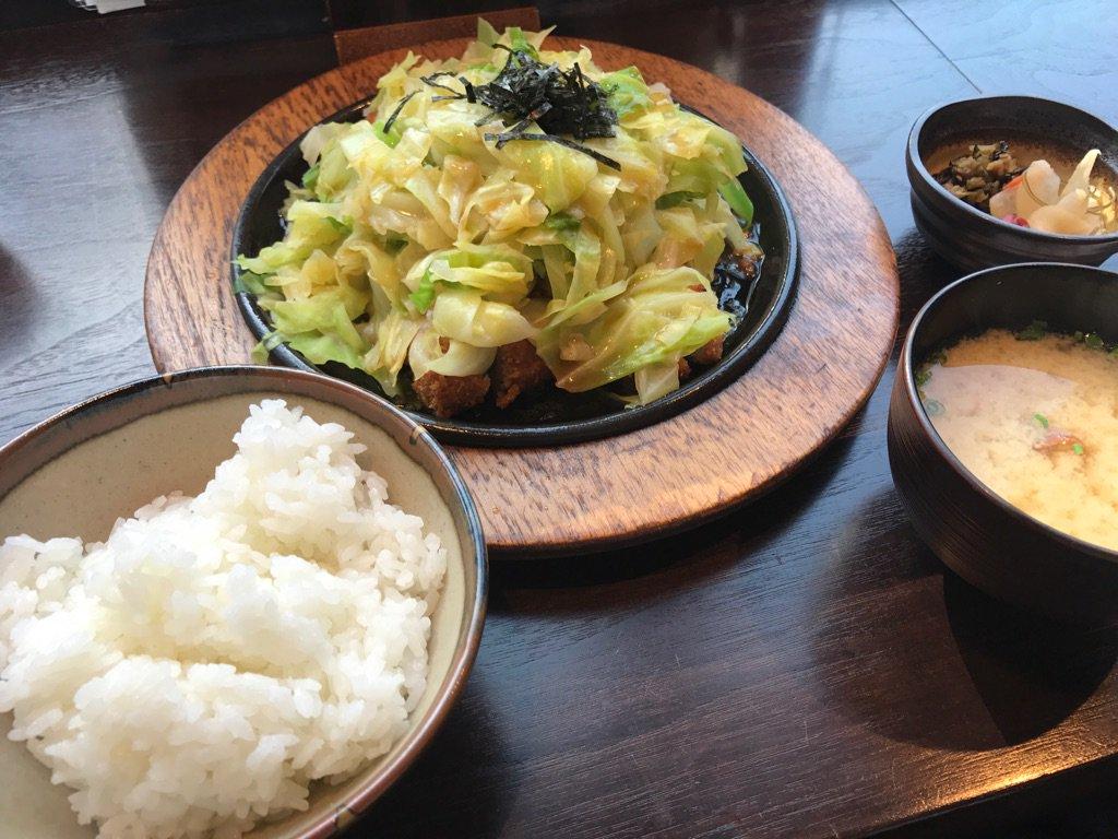 「とんかつDJアゲ太郎」にも登場した「とんかつ茶漬け」が食べられる店「すずや 新宿店」に来ました。醤油ダレの染み込んだ鉄