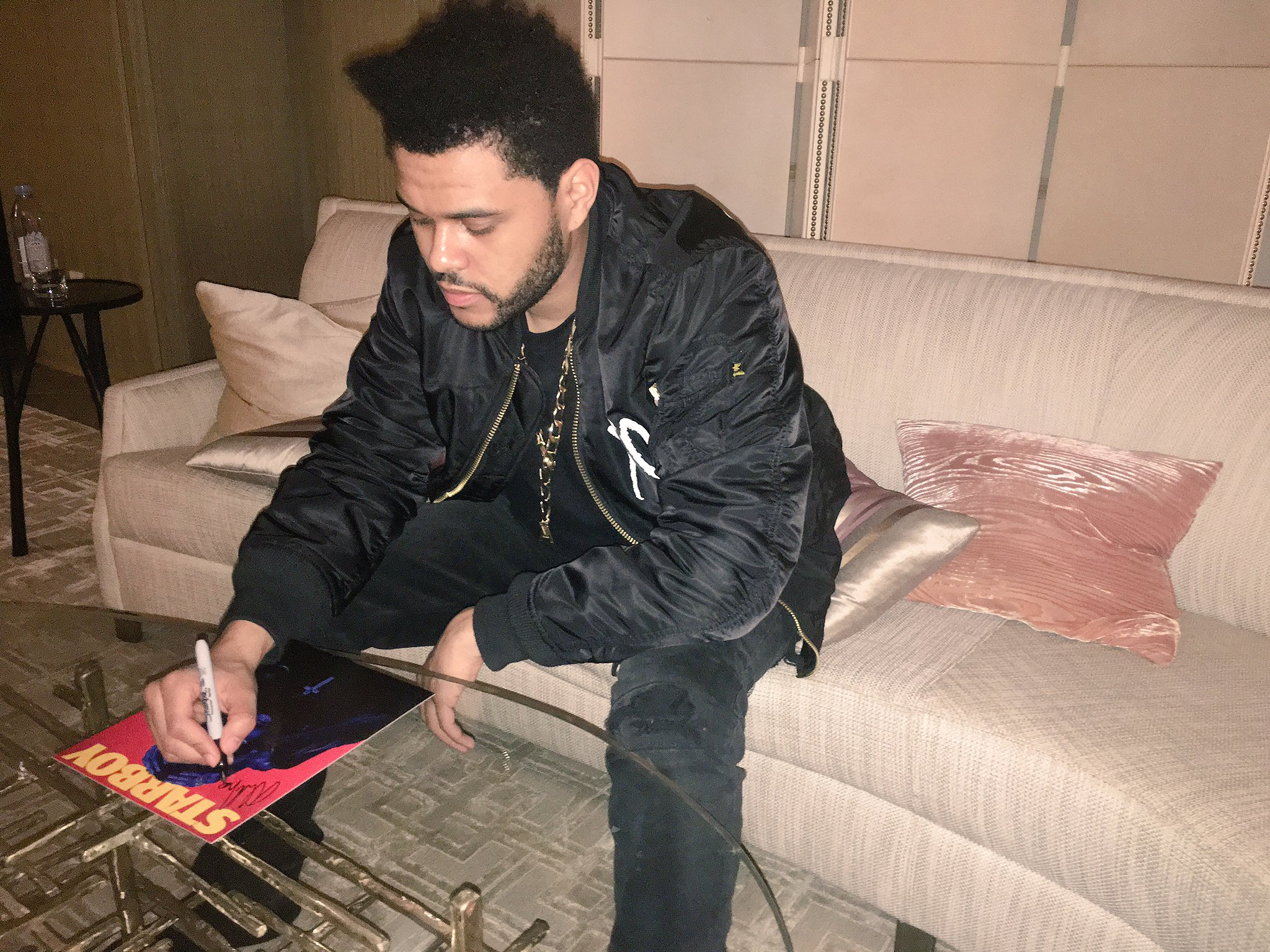 limited edition STARBOY autograph bundle : https://t.co/hqg6Hhhsi6 https://t.co/BiHaQMZGzv