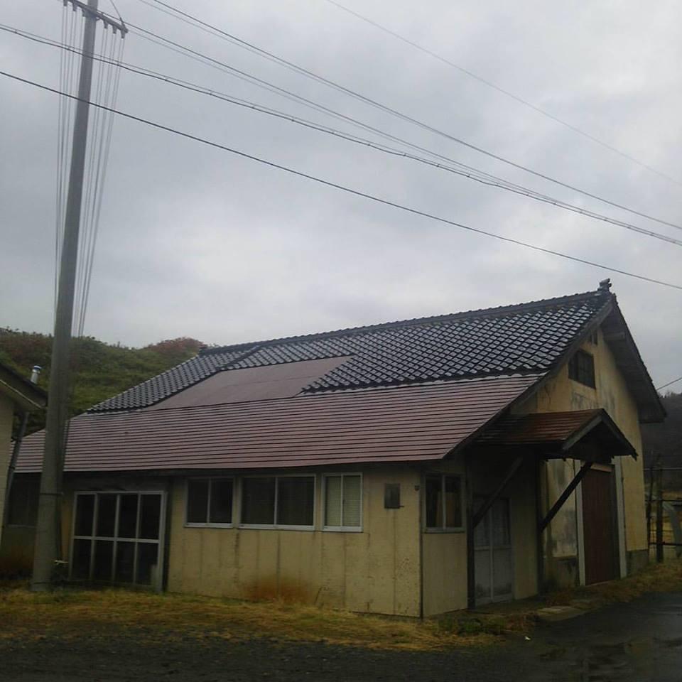 日本の屋根。瓦屋根が一般的だと思われているが、青森、秋田以北では瓦はほとんどなくてトタン葺きの屋根に変わる。どうやら瓦からトタンにかわる境目は秋田市の南部から由利本庄あたりにあるのだが、そこで見つけた究極の境界様式屋根。 https://t.co/jUFqpngXis
