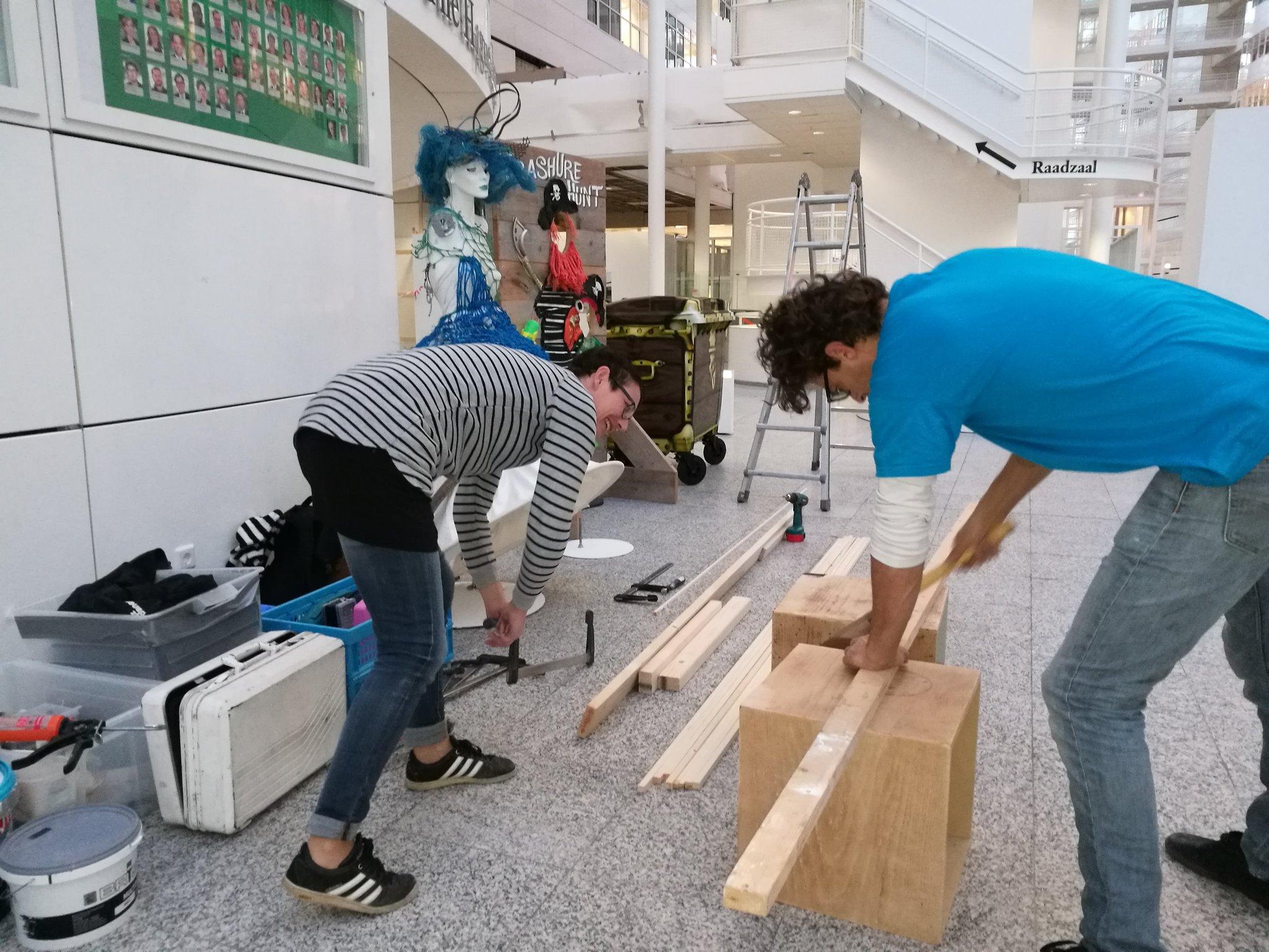 In het atrium wordt de tentoonstelling voor het slotfeest van de #opruimestafette opgebouwd https://t.co/UUoOSpVuwX